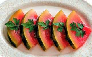 Моченые арбузы в кастрюле: рецепт как сделать в банках в домашних условиях кусочками, в кастрюле, молдавский способ с яблоками и зеленью, полезные свойства