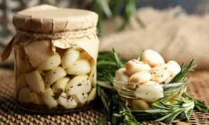 Почему чеснок зеленеет: причины проблемы при консервации в маринаде и жарке, а также методы её устранения